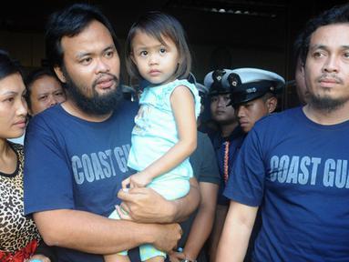 Rodlyn Allain Pagaling (kedua kiri) bersama Gringo Villaruz bertemu kembali dengan keluarga di Manila, Filipina (21/8/2015). Mereka berhasil kabur dari kelompok militan Abu Sayyaf yang menyanderanya selama tiga bulan. (AFP PHOTO/Jay Directo)