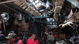 Calon pembeli melihat barang bekas yang dijual di lokasi sementara (loksem) 37 di Jalan Kalibaru Timur, Senen, Jakarta (8/1). Rencananya renovasi ini akan dilakukan mulai Februari hingga Maret 2018. (Liputan6.com/Angga Yuniar)