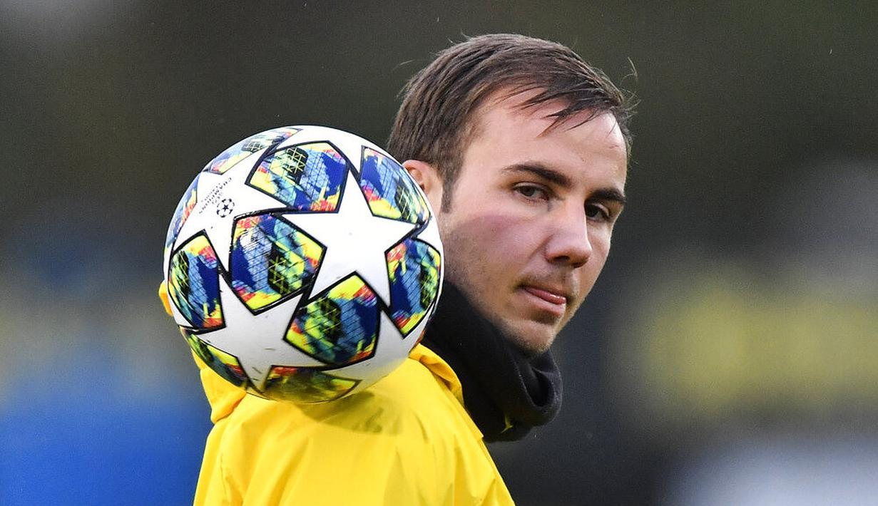 Pemain Borussia Dortmund, Mario Goetze, mengontrol bola saat latihan jelang laga Liga Champions 2019 di Dortmund, Senin (4/11). Borussia Dortmund akan berhadapan dengan Inter Milan. (AP/Martin Meissner)