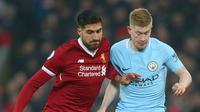 Pemain Liverpool, Emre Can berebut bola dengan pemain Manchester City, Kevin De Bruyne pada pekan ke-23 Premier League 2017-2018 di Anfield Stadium, Minggu (14/1). Liverpool mampu menyudahi laga dengan kemenangan 4-3. (AP/Dave Thompson)