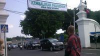 Spanduk menolak Sabda Raja yang sudah terpasang terlihat di pintu masuk Alun-alun Utara Keraton Yogyakarta. (Liputan6.com/Fathi Mahmud)