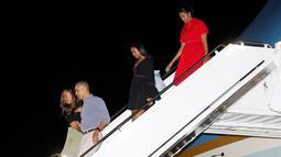 Presiden AS Barack Obama bersama keluarga turun dari pesawat Air Force One saat tiba di Honolulu, Hawaii, AS (16/12). Obama akan berlibur ke Hawaii untuk merayakan Natal disana. (REUTERS / Kevin Lamarque)