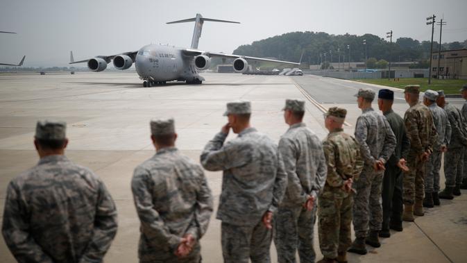 Pesawat kargo Amerika Serikat yang membawa 55 jenazah tentara AS korban Perang Korea pada 1950-1953 tiba di Pangkalan Udara Osan, Pyeongtaek, Korea Selatan, Jumat (27/7). Jenazah tersebut diterbangkan dari Korea Utara. (Kim Hong-Ji/Pool Photo via AP)