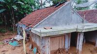 Salah satu rumah warga yang rusak akibat bencana banjir dan longsor yang melanda Kecamatan Sukajaya, Kabupaten Bogor, Jawa Barat pada 1 Januari 2020. (Liputan6.com/Achmad Sudarno)