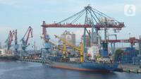 Sebuah kapal bersandar di Pelabuhan Tanjung Priok, Jakarta, Jumat (4/12/2020). Perbaikan kinerja ekspor dari Kuartal II sebesar minus 11,7 persen menjadi minus 10,8 persen di Kuartal III dan kuartal IV menjdi pijakan untuk perbaikan ditahun 2021. (merdeka.com/Imam Buhori)