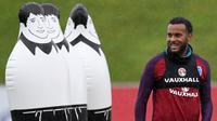 Bek Inggris, Ryan Bertrand, tersenyum saat latihan di St George Park, Staffordshire, Selasa (7/11/2017). Latihan ini persiapan jelang laga persahabatan melawan Jerman dan Brasil. (AFP/Paul Ellis)