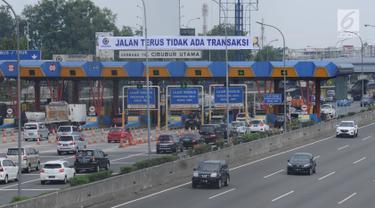 Sejumlah kendaraan melintasi kawasan gerbang tol Cibubur Utama, Jakarta, Jumat (8/9). Pasca perubahan sistem transaksi jalan tol Jagorawi menjadi sistem terbuka atau satu tarif, arus lalu lintas terlihat lebih lancar. (Liputan6.com/Helmi Fithriansyah)