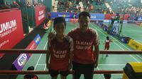 Alfindo, pebulu tangkis kidal dan sang pelatih Sigit usai pertandingan Audisi Umum Beasiswa Bulu Tangkis (Liputan6.com/Defri Saefullah)