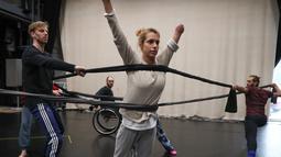 Penari dari Candoco Dance Company melakukan latihan jelang pertunjukan di London utara, Inggris (13/4). Candoco Dance Company akan menampilkan satu karya yang melibatkan gabungan penari dengan penari penyandang disabilitas. (AFP Photo/Daniel Leal Olivas)