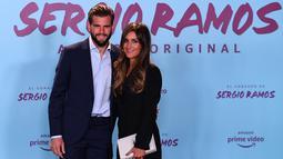 """Bek Real Madrid, Nacho Fernandez  bersama istrinya Maria Cortes berpose menghadiri pemutaran perdana film dokumenter otobiografi bek Real Madrid Sergio Ramos """"El Corazon de Sergio Ramos"""" (hati Sergio Ramos) di Madrid, Spanyol (10/9/2019). (AFP Photo/Gabriel Bouys)"""