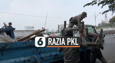 20 pedagang kaki lima terkena razia Satpol PP di Cakung, Jakarta Timur. Dalam razia ini seorang pedagang berhasil kabur.