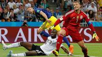 Penyerang Swedia Ola Toivonen (tengah) mencetak gol saat melawan Jerman pada pertandingan Piala Dunia 2018 di Stadion Fisht, Rusia (23/6). Jerman sempat tertinggal terlebih dahulu pada babak pertama oleh gol Ola Toivonen. (AP/ Frank Augstein)