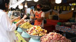 Seorang pedagang menjual selada ala Thailand dalam Festival Vegetarian Phuket 2020 di Phuket, Thailand (20/10/2020). Ribuan peserta berkumpul di Phuket setiap tahun untuk mengikuti acara penuh warna itu, yang merupakan salah satu festival vegetarian terpopuler di Thailand. (Xinhua/Zhang Keren)