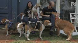 Warga dan hewan peliharaannya menunggu pemasangan microchip di Jakarta (6/10). Dinas KPKP DKI Jakarta bersama JAAN mensosialisasikan pemasangan Microchip untuk anjing dan kepemilikan hewan yang bertanggung jawab. Merdeka.com/Imam Buhori)