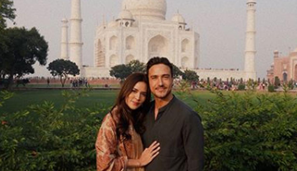 Penyanyi Raisa Andriana dan Hamish Daud tampak romantis saat berpose dengan latar belakang Taj Mahal. UNESCO menetapkan bangunan ini menjadi salah satu dari Tujuh Keajaiban Dunia. (Instagram/raisa6690)