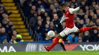Pemain Arsenal, Alexandre Lacazette menendang bola saat bertandang ke markas Chelsea pada laga semifinal pertama Piala Liga Inggris di Stadion Stamford Bridge, Rabu (10/1). Chelsea dan Arsenal bermain imbang tanpa gol. (AP/Kirsty Wigglesworth)