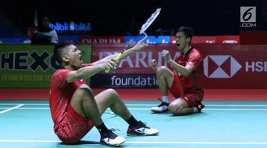 Ganda putra Indonesia, Fajar Alfian/M Rian Ardianto merayakan kemenangan usai melawan Liu Cheng/Zhang Nan (China) pada 8 besar Indonesia Open 2018, Istora GBK, Jakarta, Jumat (5/7). Fajar/Rian unggul 21-18, 18-21, 25-23. (Liputan6.com/Helmi Fithriansyah)