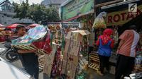 Penjual membawa parsel yang telah selesai di hias untuk dijual dikawasan Cikini, Jakarta, Sabtu (17/6). Penjual parcel mengaku menjelang Lebaran permintaan parcel mulai mengalami peningkatan. (Liputan6.com/Faizal Fanani)