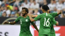 Para pemain Arab Saudi merayakan gol yang dicetak oleh Taisir Al-Jassim ke gawang Jerman pada laga uji coba di Stadion BayArena, Jumat (8/6/2018). Jerman menang 2-1 atas Arab Saudi. (AP/Martin Meissner)