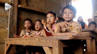 Sebuah Sekolah Dasar Swasta di kabupaten Ogan Komering Ulu Selatan, Sumatera Selatan, kondisinya sangat memperihatinkan. Gedung sekolah bahkan hanya beralaskan tanah.