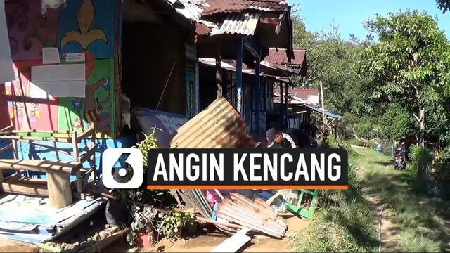 Angin kencang melanda kawasan Puncak Bogor dan Cisarua merusak puluhan rumah dan membuat warga mengungsi. Warga hingga kini ketakutan dan memilih tinggal di luar rumah.