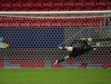 Foto Copa America: Aksi Garang Emiliano Martinez yang dapat Pujian dari Lionel Messi Bersama Argentina di Copa America 2021