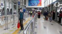 Calon penumpang kereta api jarak jauh berjalan di area Stasiun Senen Jakarta, Kamis (24/12/2020). Selain Stasiun Gambir, Stasiun Pasar Senen menjadi salah satu stasiun yang mulai ramai didatangi calon penumpang kereta api jarak jauh pada masa libur Natal 2020. (Liputan6.com/Helmi Fithriansyah)