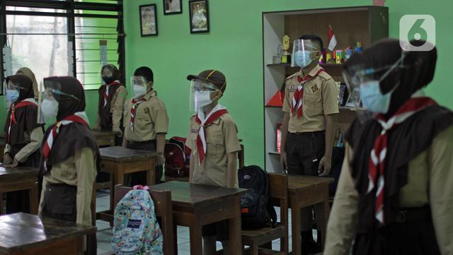 Sejumlah siswa mengikuti uji coba kegiatan belajar tatap muka di SDN Kenari 07/08 Pagi, Jakarta, Rabu (9/6/2021). SDN Kenari 07/08 Pagi telah menjalani evaluasi (assesment) dan dinilai telah memenuhi persyaratan untuk pembelajaran tatap muka sesuai protokol kesehatan. (Liputan6.com/Herman Zakharia)