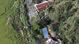 Sejumlah rumah rusak setelah diguncang gempa dan diterjang tanah longsor, Kota Atsuma, Prefektur Hokkaido, Jepang, Kamis (6/9). Gempa menelan satu korban jiwa dan puluhan orang hilang. (Kyodo News via AP)