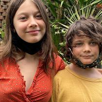 Lucian (10 tahun) dan China (13 tahun) sekarang 'terdampar' di Indonesia bersama kedua orangtua mereka.(Supplied: Sophie Layton)