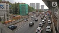 Suasana lalu lintas jalan tol Jakarta - Cikampek menuju Jakarta terpantau padat karena penyempitan proyek tol  di kawasan Bekasi, Jawa Barat, Rabu (20/5/2020). H - 4 menjelang Lebaran, kondisi lalu lintas jalan tol Jakarta - Cikampek terlihat ramai lancar. (Liputan6.com/Herman Zakharia)