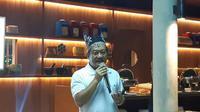 Direktur Keuangan XL Axiata, Mohamed Adlan Bin Tajudin, saat memberikan pemaparan tentang keuangan XL di 2019 di Banyuwangi, Jawa Timur, Kamis (4/4/2019) malam. (Liputan6.com/ Agustin Setyo W)