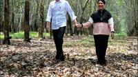 Presiden Joko Widodo dan Iriana menikmati waktu di hutan karet Banyuasin. (dok. Sekretariat Kabinet/https://www.instagram.com/p/BuyXCaKgQi_/Dinny Mutiah)