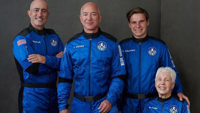 Teman perjalanan Jeff Bezos dalam penerbangan ke luar angkasa. (Kredit: Blue Origin)