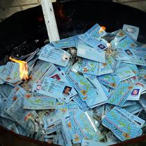 E-KTP rusak dibakar. (Liputan6.com/Pramita Tristiawati)