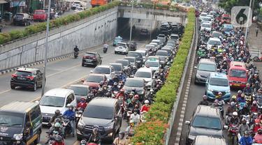 Kendaraan terjebak kemacetan saat melintas di Jalan Raya Pasar Minggu, Jakarta, Rabu (10/6/2020). Tingginya volume kendaraan serta adanya proyek pembangunan flyover menyebabkan kemacetan parah di kawasan tersebut, meskipun saat ini masih dalam status transisi PSBB. (Liputan6.com/Immanuel Antonius)