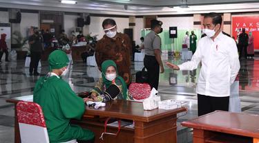 Presiden Joko Widodo atau Jokowi meninjau vaksinasi Covid-19 untuk para pelayan publik di Jawa Tengah, Rabu (10/3/2021).