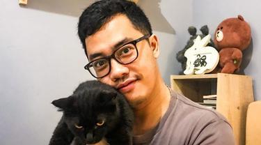 Dennis Adishwara memiliki beberapa kucing yang ia rawat dengan penuh kasih sayang. Kucing hitam yang digendong Dennis ini bernama Jiji. Jiji bahkan memiliki akun Instagram sendiri bernama @jijicat666. (Liputan6.com/IG/@dennisadishwara).