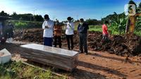 Keluarga menshalati korban COVID-19 warga Tangerang Selatan yang meninggal di Bandung di TPU Jombang, Tangerang Selatan, Banten, Senin (21/6/2021). Korban COVID-19 yang dimakamkan dalam satu hari rata-rata 5 sampai 10 jenazah. (merdeka.com/Arie Basuki)