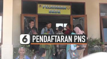 Para pemohon SKCK di Polres Cimahi kecewa karena formulir SKCK habis. Petugas mengakui permohonan SKCK meningkat 100 persen, sehingga dalam waktu 1 jam jatah formulir sebanyak 270 habis.  SKCK menjadi syarat pendaftaran CPNS.