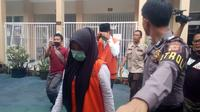 Dengan pengawalan ketat aparat, VN, salah satu terdakwa kasus Vina Garut, mulai memasuki ruang persidangan di ruang persidangan Pengadilan Negeri Garut (Liputan6.com/Jayadi Supriadin)