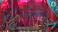 Warga keturunan Tionghoa melaksanakan sembahyang di Vihara Amurva Bhumi, kawasan Karet Semanggi, Jakarta, Jumat (24/1/2020) malam. Ibadah tersebut dalam rangka menyambut Tahun Baru Imlek 2571/2020. (Liputan6.com/Herman Zakharia)