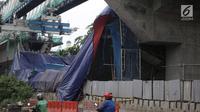 Kondisi kontruksi beton proyek light rapid transit ( LRT)  yang roboh di Kayu Putih, Jakarta Timur, Senin (22/1). Hingga kini polisi masih melakukan penyelidikan penyebab robohnya kontruksi LRT tersebut. (Liputan6.com/Arya Manggala)