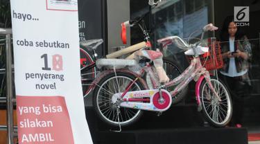 Sebuah sepeda sebagai hadiah pada sayembara kasus penyiraman air keras terhadap penyidik Novel Baswedan di lobi Gedung KPK, Jakarta, Senin (6/8). Sayembara diinisiasi wadah kepegawaian KPK setelah 16 bulan kasus ini berlalu. (Merdeka.com/Dwi Narwoko)