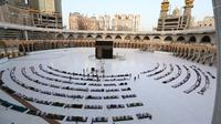 Jemaah melaksanakan salat Idul Fitri di Masjidil Haram, Mekah, Arab Saudi, Minggu (24/5/2020). Salat Idul Fitri tetap digelar di Masjidil Haram dan Masjid Nabawi namun dengan jemaah terbatas. (AFP)