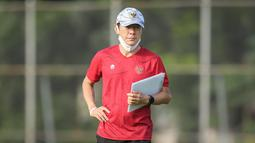 Pelatih kepala Timnas Indonesia, Shin Tae-young saat sesi latihan persiapan kualifikasi Piala AFC 2023 yang berlangsung di Lapangan G, Senayan, Jakarta, Sabtu (02/10/2021) WIB. Timnas Indonesia dijadwalkan akan menghadapi Taiwan pada 7 dan 11 Oktober 2021 di Thailand. (Bola.com/Bagaskara Lazuardi)