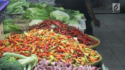 Salah satu pedagang sayur Saepul (35) mengatakan, saat ini harga cabai merah keriting dijualnya berkisar Rp 70.000 per kg yang sebelumnya mencapai lebih dari Rp 100.000 per kg.