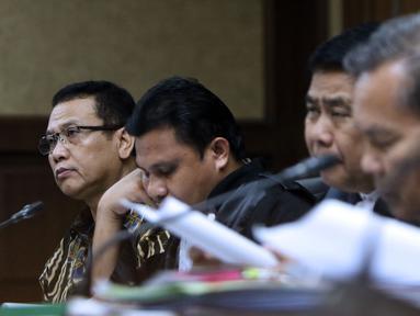 Terdakwa korupsi pengadaan dan pelaksanaan pembangunan kampus IPDN Sumbar di Kab Agam TA 2011, Dudy Jocom (kiri) saat menjalani sidang lanjutan di Pengadilan Tipikor Jakarta, Rabu (5/9). Sidang mendengar keterangan saksi. (Liputan6.com/Helmi Fithriansyah)