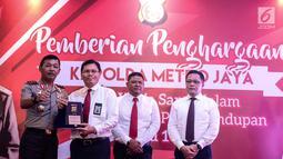 Kapolda Metro Jaya Irjen Idham Aziz memberikan penghargaan kepada anggota berprestasi yang mengungkap penyelundupan 1 ton sabu sindikat internasional di Balai Polda Metro Jaya, Jakarta, Selasa (8/8). (Liputan6.com/Faizal Fanani)