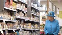 Ratu Elizabeth II terlihat sedang mengunjungi sebuah supermarket di Inggris untuk berbelanja. (The Independent)